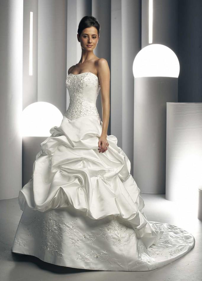 Именно поэтому лучшие дизайнеры постоянно трудятся над созданиями новых моделей свадебных платьев с учётом мировых тенденций в моде